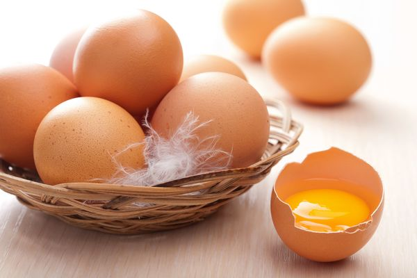 en que ayuda comer huevos crudos